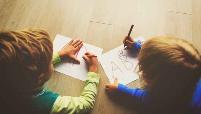 Bērnam briesmīgs rokraksts. Kā vecāki var palīdzēt to uzlabot