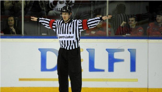 Латвийскому судье Одиньшу сломали ногу в матче чемпионата КХЛ