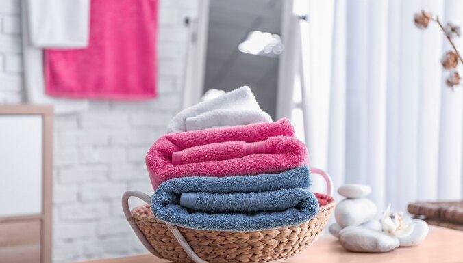 Dvieļi kā viesnīcā: padomi mazgāšanā un glabāšanā, lai tie nesasmaktu