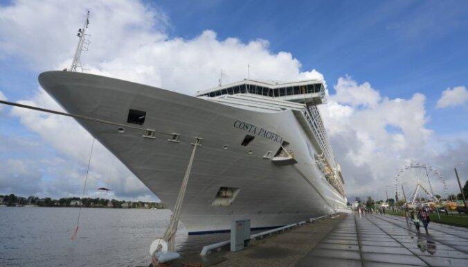 Foto: Kā izskatās uz lielākā kruīza kuģa, kas piestājis Rīgas ostā?
