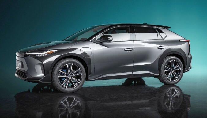 Pasaules pirmizrādi piedzīvojis 'Toyota bZ4X' elektriskais apvidnieks