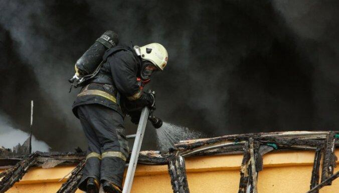Rēzeknē ugunsgrēka laikā no piecstāvu mājas evakuēti 12 cilvēki