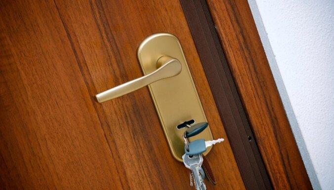 Мужчина обклеил дверь соседки листиками с грубостями