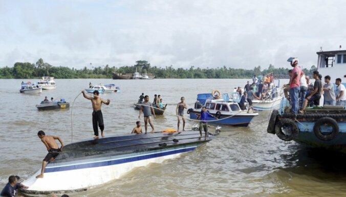 Indonēzijā nogrimstot laivai, bojā gājuši astoņi cilvēki