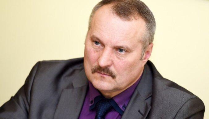 Deputātam Guntim Kalniņam par neattaisnotu sēdes kavējumu no algas atvilks 20%
