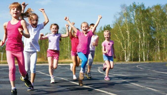 Aicina pieteikt bērnus bezmaksas fizisko aktivitāti veicinošās dienas nometnēs Rīgā