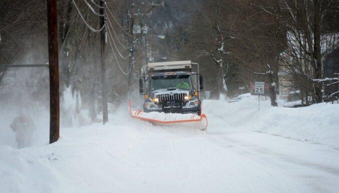 Pieaug Ziemeļamerikā sniega vētrā bojāgājušo skaits; dažviet sniega segas biezums 90 centimetri