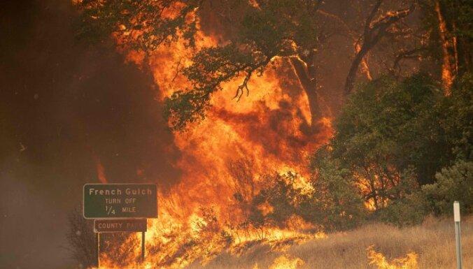 """Тысячи жителей Калифорнии бегут от """"огненного торнадо"""". Двое пожарных погибли"""