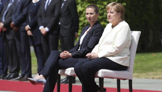 Merkele pēc nekontrolētās drebēšanas Dānijas premjeri sagaida sēdus
