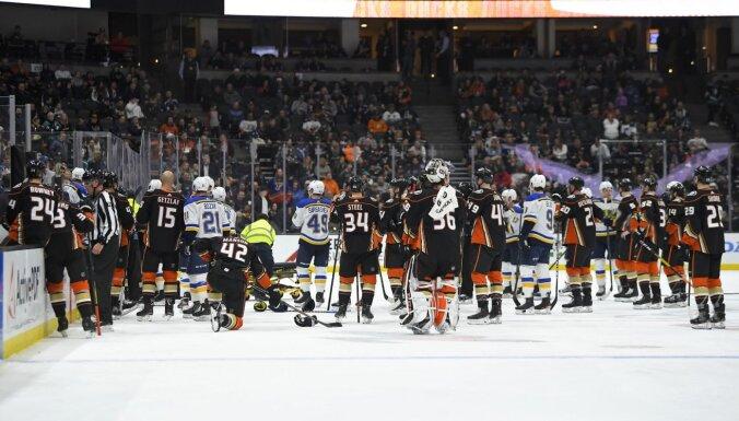 Atcelta NHL spēle: uz soliņa saļimst 'Blues' 'dzelzs vīrs' Būmīsters