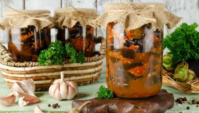 Baklažāni marinādē, 'ikros' un saldētos salātos: 5 receptes ziemas krājumiem