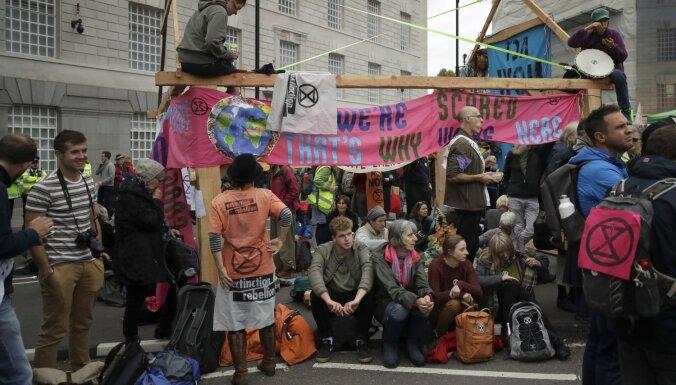 Vides aktīvisti nobloķē ielas Londonā, Berlīnē un Amsterdamā