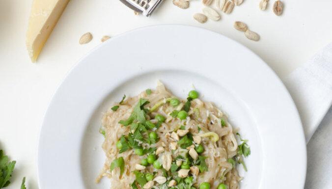 Rīsu nūdeles ar zemesriekstu mērci un zaļajiem zirnīšiem