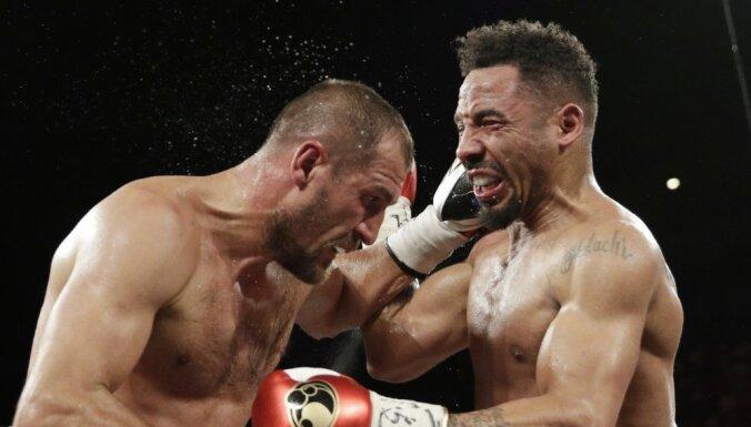 ВИДЕО: Россиянин Ковалев проиграл Уорду бой-реванш после ударов ниже пояса