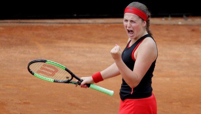 Ostapenko iekļūst prestižā Madrides WTA turnīra dubultspēļu pusfinālā