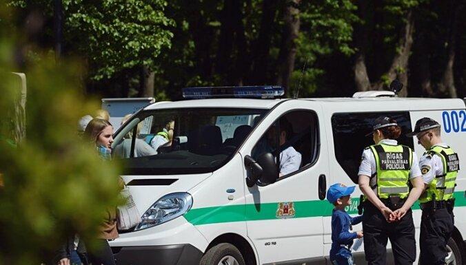 Policisti mājās no spēļlaukuma aizved niecīgi ģērbtu divgadīgu bērnu