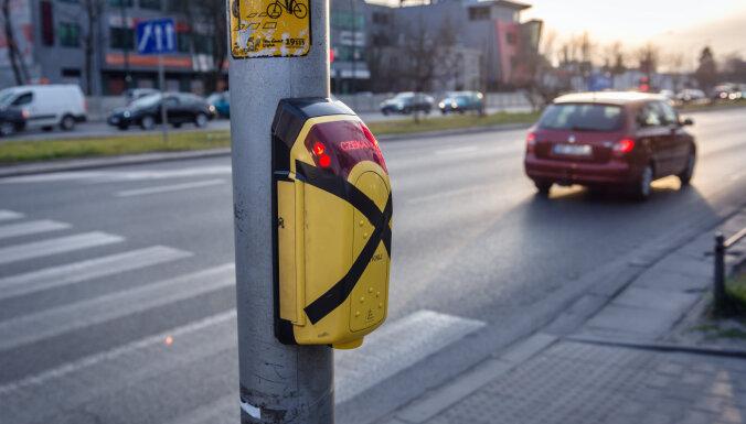 Arī Jelgavā luksoforiem atslēgs gaismas maiņas pogas pie gājēju pārejām