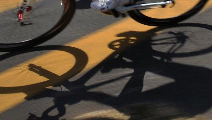 Юная велосипедистка врезалась в авто: Toyota нуждается в ремонте