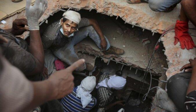 Bangladešas ēkas drupās bojāgājušo skaits sasniedz 273; vēl simti nav atrasti