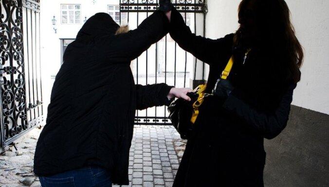 На улицах грабят прохожих: полиция просит о помощи