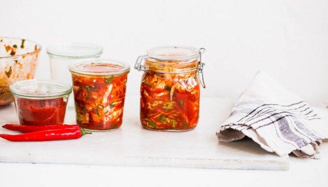 Kraukšķīgi marinētie kāposti kimči – kā pagatavot mājās