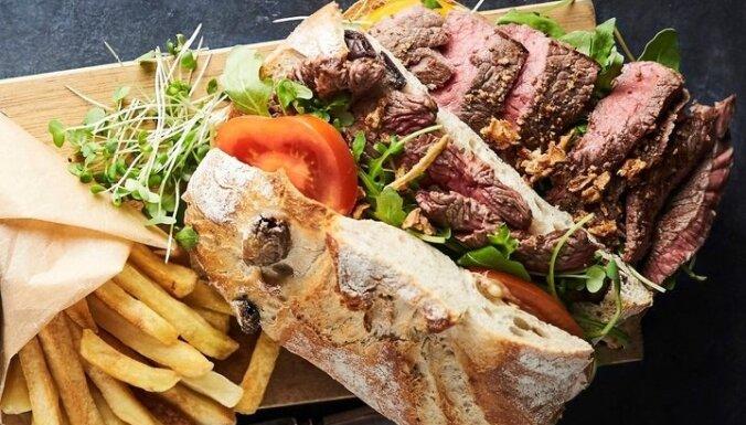 Trīskārtu piparotais steika sendvičs