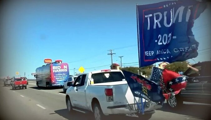 Trampa atbalstītāji lenc Baidena kampaņas busu, Trampi to atbalsta