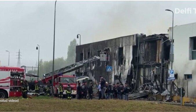 В Милане частный самолет упал на здание. Восемь человек погибли