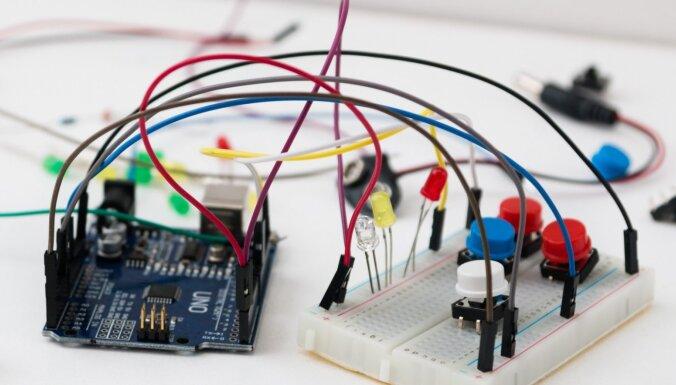 Pirmie soļi 'Arduino' robotikā: kā iemācīt robotam izvairīties no šķēršļiem