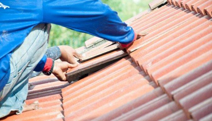 Klasiska vērtība – dakstiņu jumts. Priekšrocības, trūkumi un seguma kopšana ilgtermiņā