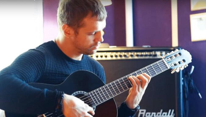 ВИДЕО: Бриедис после месяца обучения игре на гитаре восхитил даже учителя
