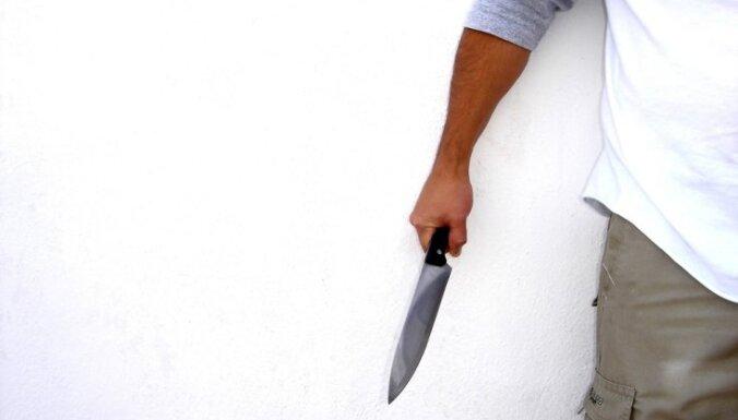Pļavniekos laupītāji upuriem draud ar nazi un skrūvgriezi