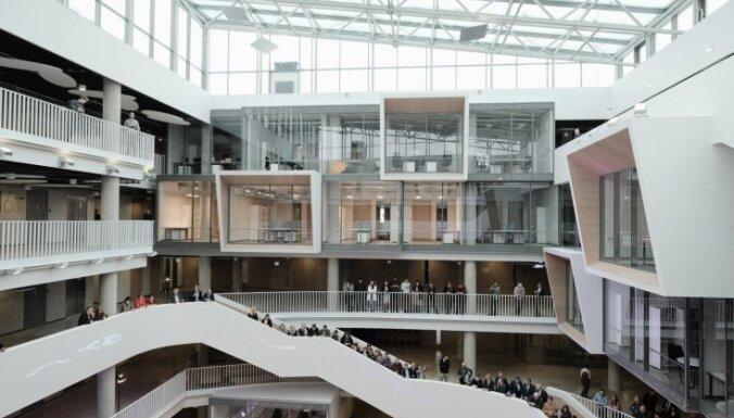 Foto: Durvis ver jaunā LU Akadēmiskā centra Zinātņu māja