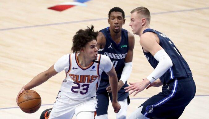 Porziņģim 'double-double'; 'Mavericks' pēdējās sekundēs zaudē 'Suns'