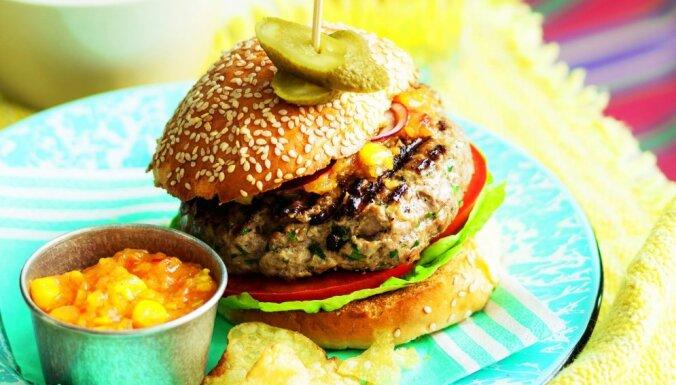 Liellopa gaļas burgers ar tomātiem, kukurūzas mērci un sarkano sīpolu