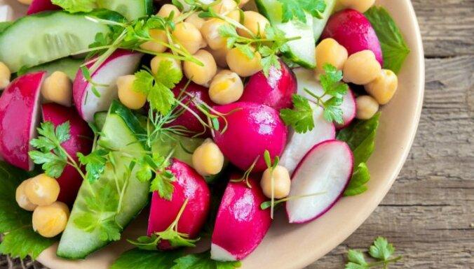 Redīsi – kraukšķīgi un figūrai draudzīgi: 15 receptes salātiem bez treknām mērcēm