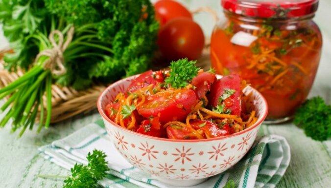 Pikantie tomātu un burkānu salāti korejiešu gaumē