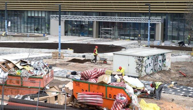 Foto: Daugavas stadiona halles apkārtnē turpinās steiga darbu pabeigšanai