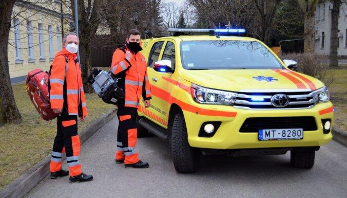 Foto: 'Ātrā palīdzība' uz izsaukumiem dosies ar jauniem un īpaši aprīkotiem auto