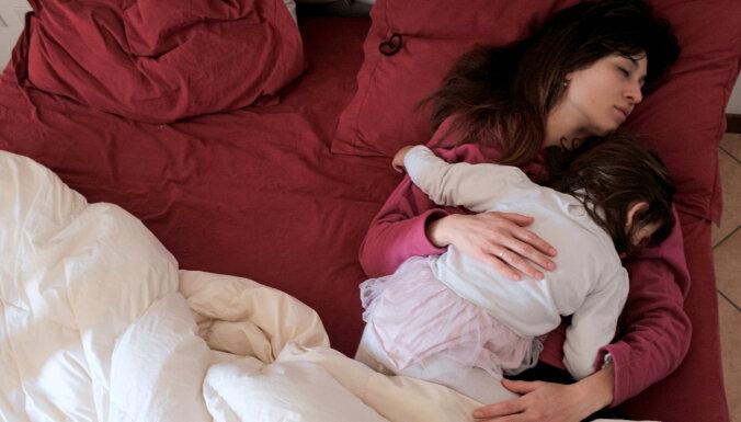 Covid-19: Pandēmijas laikā katrs trešais miegu bauda neregulārāk