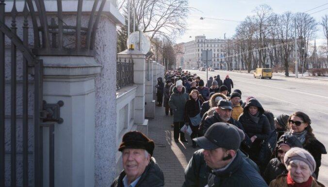 Foto: Pie Krievijas vēstniecības novērojama liela vēlētāju aktivitāte