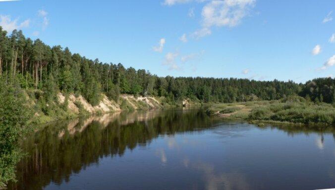 Likvidē naftas produktu piesārņojuma avotu Gaujā Valmierā