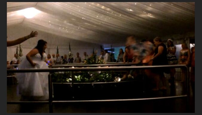 Video: Lecot pēc līgavas pušķa, kāzu viešņa nokrīt no balkona