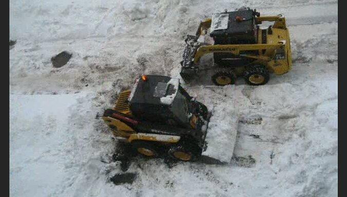 Движение по рижским дорогам затруднено, снегоуборочная техника едва справляется