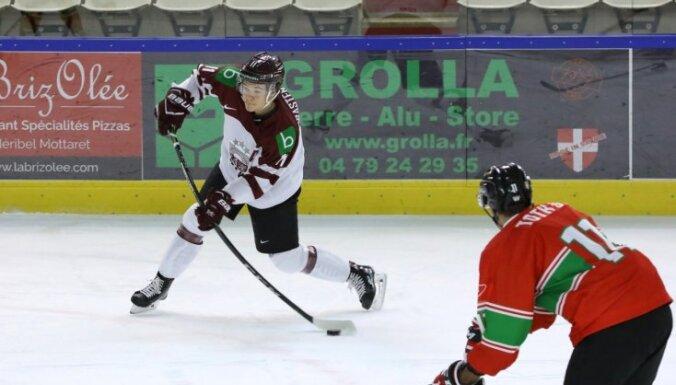 Хоккеисты сборной Латвии по буллитам уступили Казахстану на молодежном ЧМ