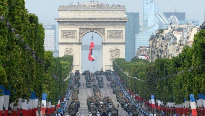 ВИДЕО: На военном параде в Париже показали летающего человека