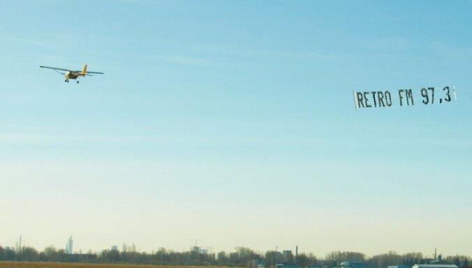 В небе – самолёт 'Retro FM'