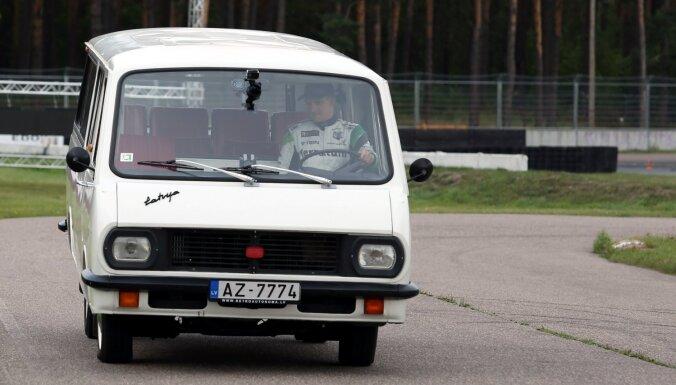 Foto: Baumanis un Bakerūds sacenšas ar elektrokartingu, busiņu 'Latvija' un ačgārno žiguli