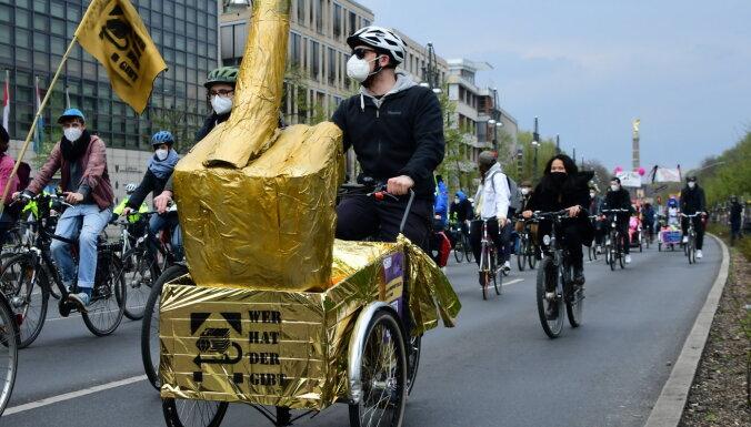 Divas trešdaļas vāciešu esot nemierā ar valdības pamatojumu ierobežojumiem