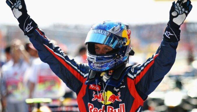 Pēc trīs F1 posmu pārtraukuma atkal uzvar Fetels